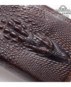 Bề mặt vì dập nổi họa tiết da cá sấu rất thật và đẹp mắt
