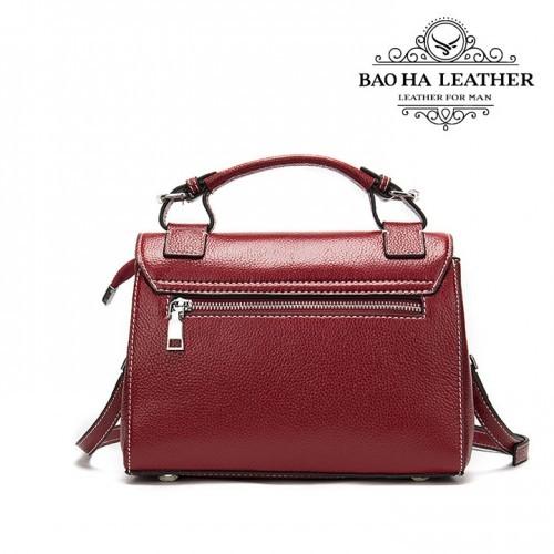 Túi đeo chéo nữ da bò cao cấp BHW288 màu Đỏ - Phía sau túi với ngăn khóa kéo nhỏ có thể để tiền hoặc hộ chiếu...