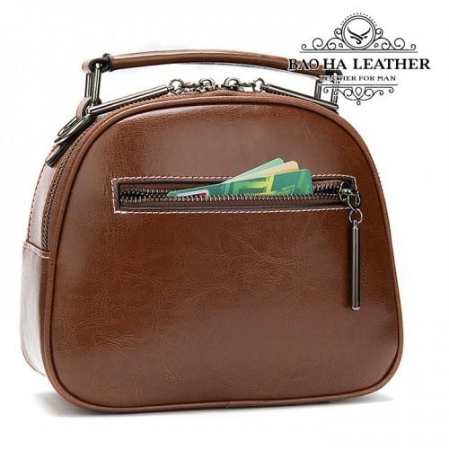 Phía sau túi có thêm 1 khóa kéo, bạn có thể thể tiền lẻ hoặc thẻ card...