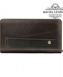 Phía sau ví cầm tay được thiết kế với khe cài tay