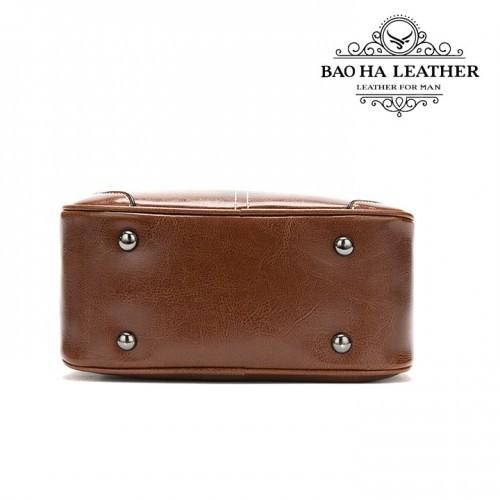 Đáy túi với 4 đinh tán giúp bảo vệ bề mặt da mỗi khi bạn để túi xuống...