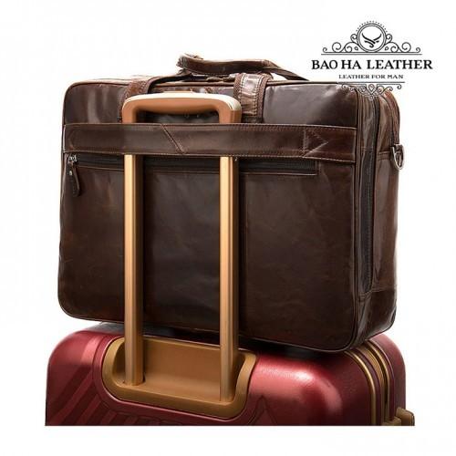 Đặc biệt phía sau cặp có khe cài thanh vali, rất tiện mỗi lần đi công tác