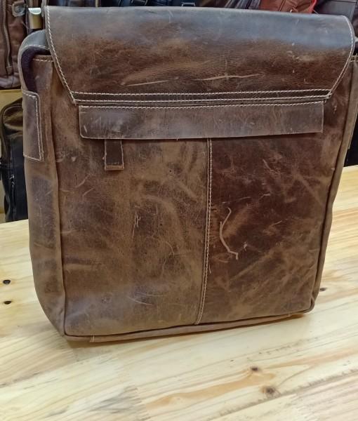Phía sau túi có thêm 1 ngăn khóa kéo nhỏ