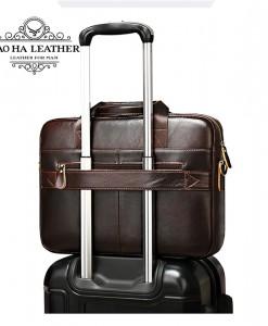 Phía sau cặp được thiết kế đặc biệt thêm kha cài thanh vali.
