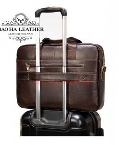 Mặt sau cặp được thiết kế  có khe cài vali